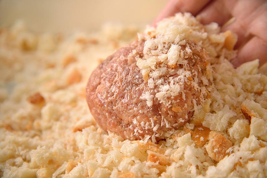 「極上 鎌倉生食パン」を粗目に削った生パン粉を使用し、サクサク感を実現